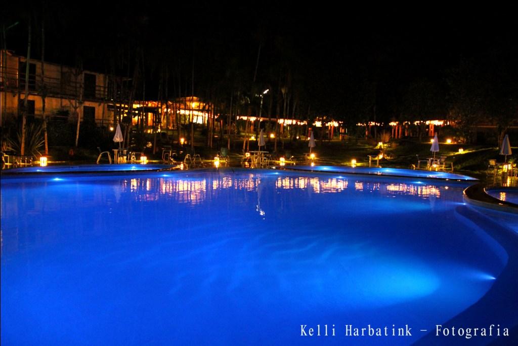 Piscina iluminada de azul escuro