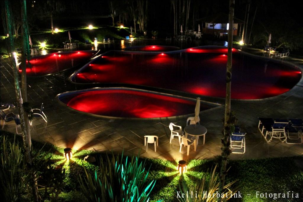 Piscina iluminada de vermelho